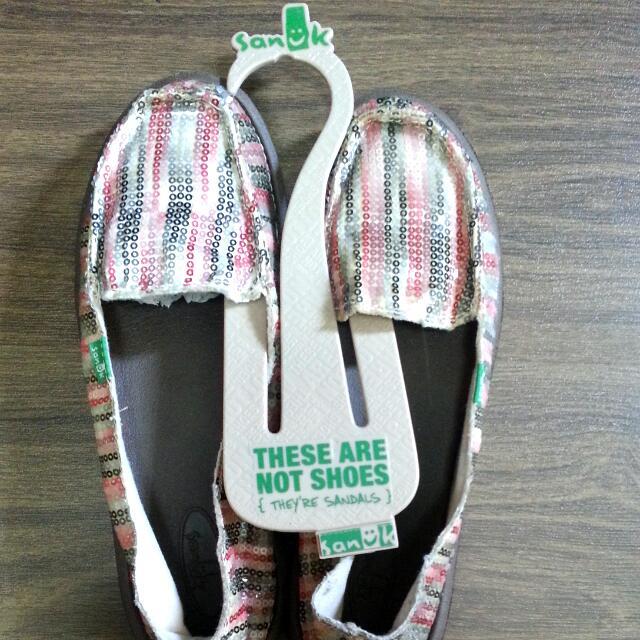 Authentic  SANUK  shoe