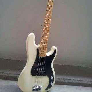 Fender American Standard Precision Bass. Year 2008.