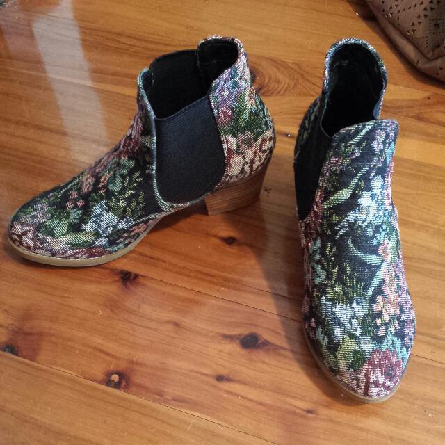 Billabong Patterned Boots (Size 6)