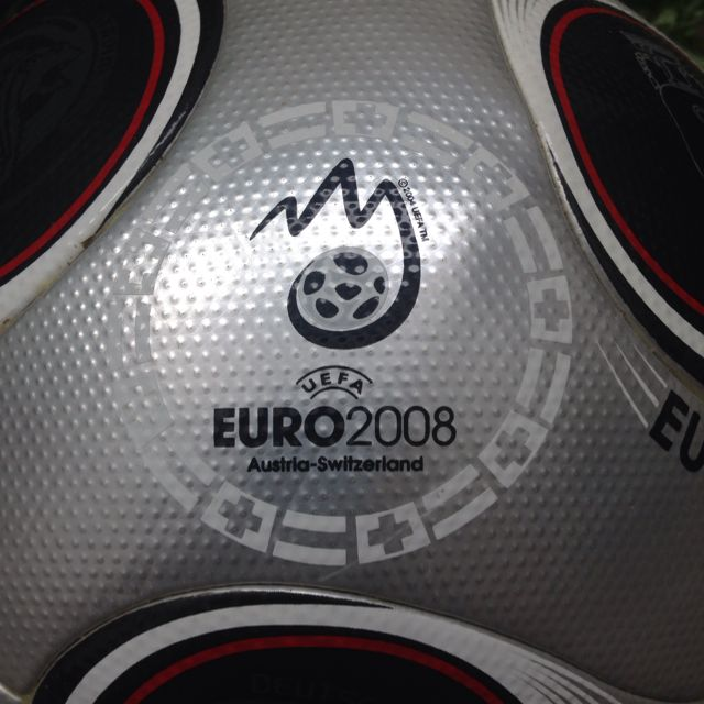 eficiencia Prever Materialismo  Adidas Europass Gloria Official Match Ball - Euro 2008 Finals, Sports on  Carousell