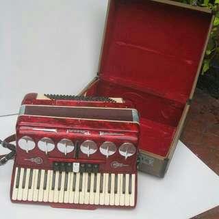 Vintage Accordion In Good Condition