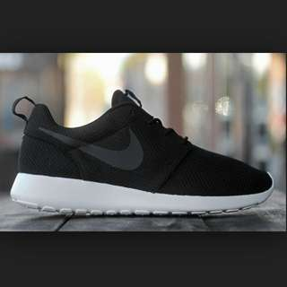 LOOKING FOR BLACK NIKE ROSHE