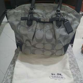 Pre Loved Coach bag in grey -slight nego for genuine buyers only ! Fast deal $139! final reduction !no nego ..