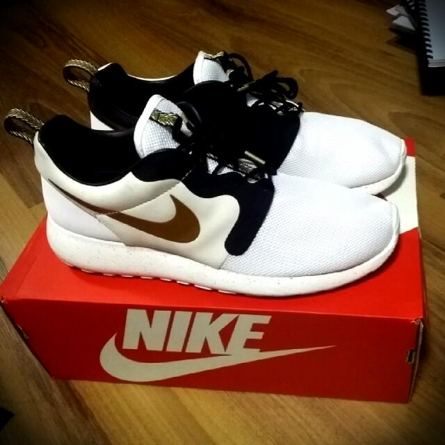 quality design 9dd01 86637 Nike Roshe Run Gold Trophy , Sports on Carousell