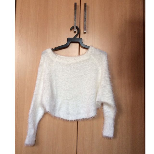 a45f30f476d White Fluffy Knit Crop Top, Women's Fashion on Carousell