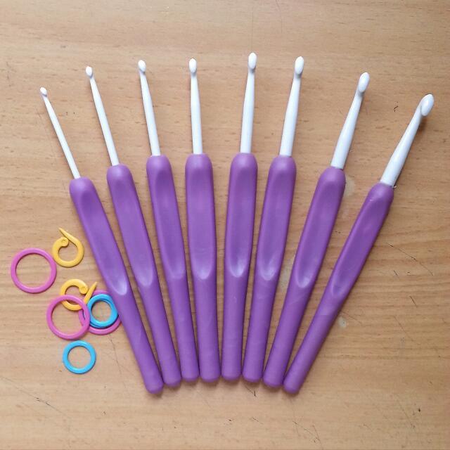 Set Of 8 Crochet Hooks With Plastic Handle