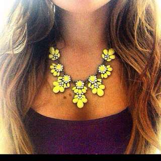 FLOWER CRYSTAL GEM STATEMENT NECKLACE
