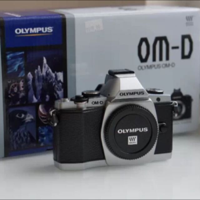 Olympus OM-D E-M5 (Body Only) + Flash + Box & Original Accessories |Silver|