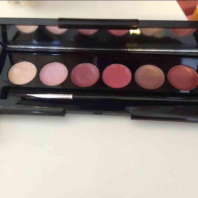 Makeover essentials Palletes