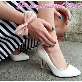 Details: CLASSIC POINTED PUMPS Size 7 ONLY (no other sizes avail) Color: White 599php  No photo comments please. For inquiries / orders, please sms / vibe me at 09178919367. Thank you.