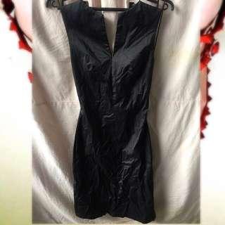 黑色緞面露背洋裝
