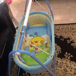 Baby cradle/swing suitable for newborn-3months Condition 9.5/10 selling at $40 (Retail price $99.90)