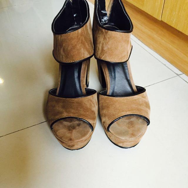 咖啡色麂皮粗跟鞋