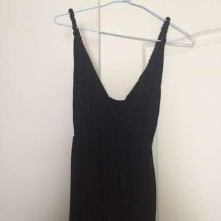 低領口黑洋裝