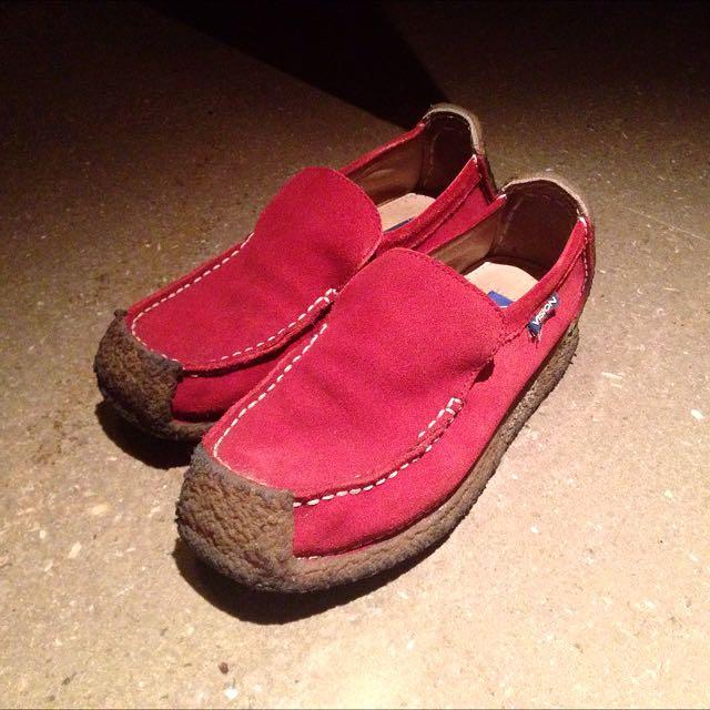 紅色麂皮膠底休閒鞋