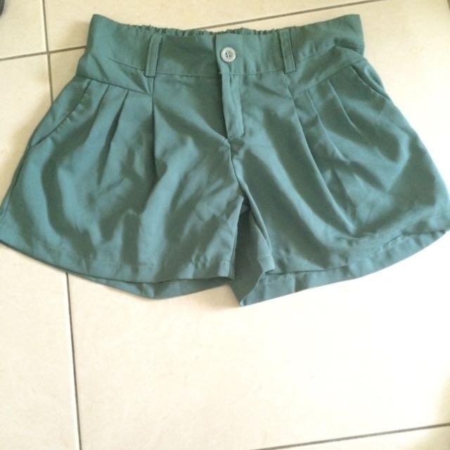 綠色西裝材質短褲