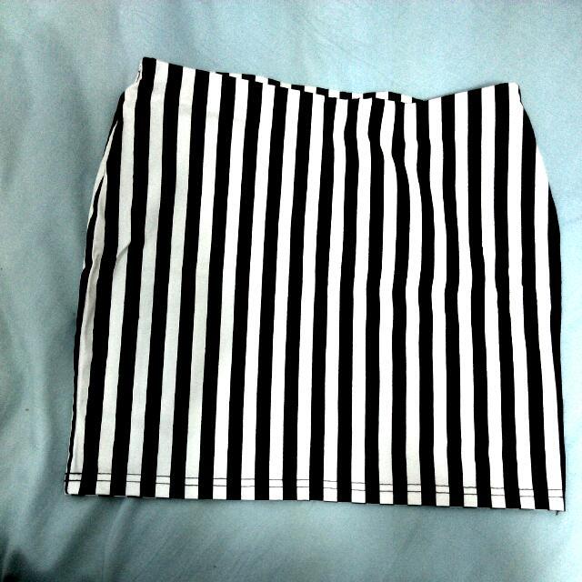 全新黑白直條紋窄短裙