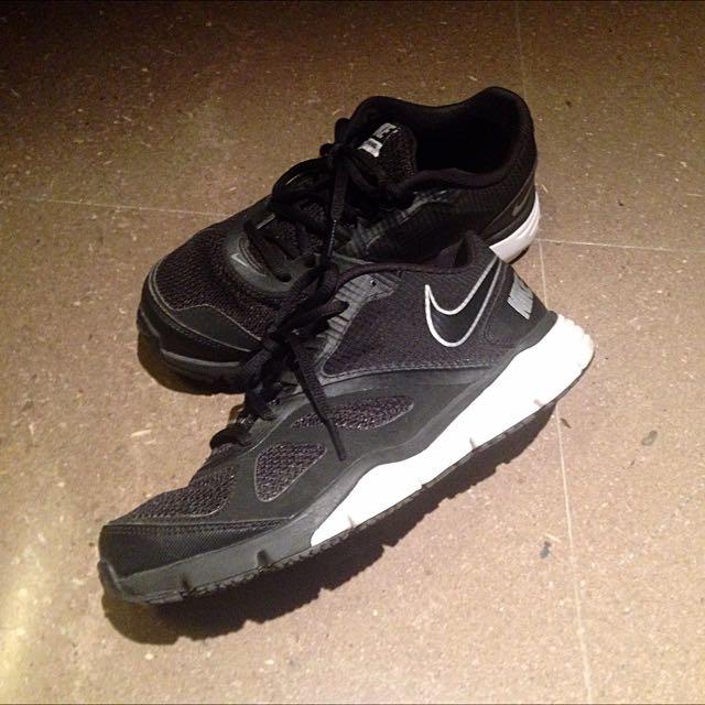 Nike黑色透氣慢跑/球鞋
