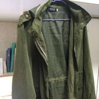 薄軍綠外套