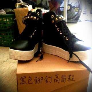 黑色鉚釘高筒厚底鞋