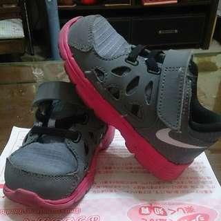 正品NIKE 小孩輕量運動鞋7C