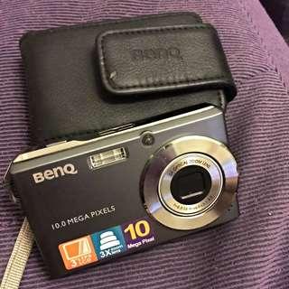 BenQ相機附相機套、充電座、及電池。