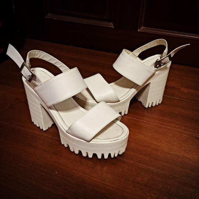 白色粗跟涼鞋