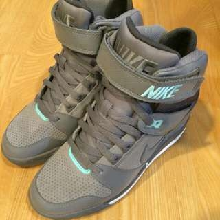 保留中Nike wmns air revolution sky hi 灰綠