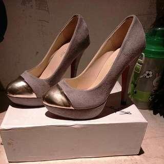 灰色絨毛金頭高跟鞋