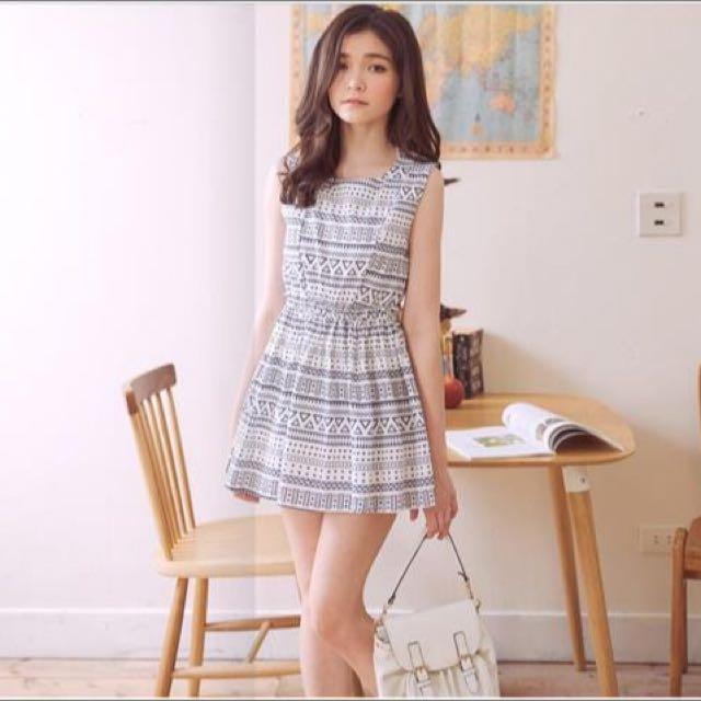 東京著衣 圖騰印花縮腰無袖洋裝