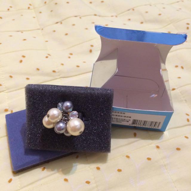 雅芳雙色珍珠戒指,全新,戒圍:活動式,很久以前老媽買給我的,可是都沒有戴飾品的習慣。小飾品2個$150喔!