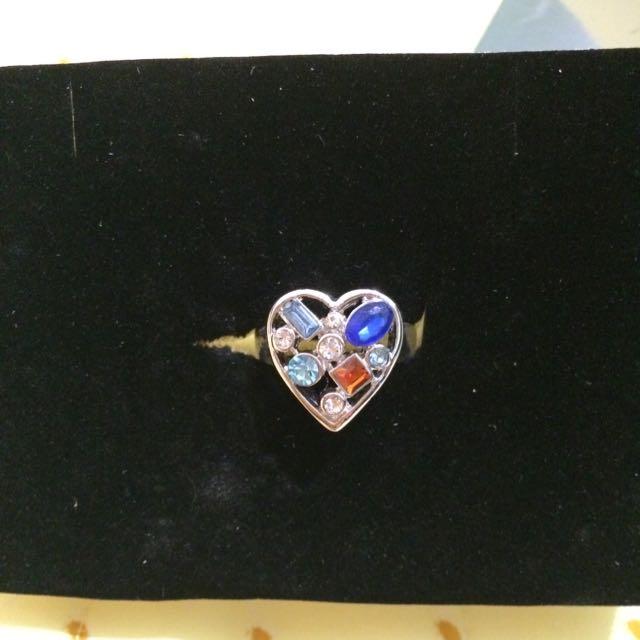 雅芳彩色晶心戒指,全新,戒圍:4.5公分,直徑:1.6公分,很久以前老媽買給我的,可是都沒有戴飾品的習慣。小飾品2個$150喔!
