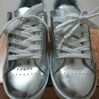 銀色休閒鞋