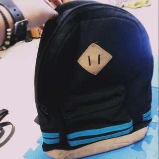 黑底藍邊後背包