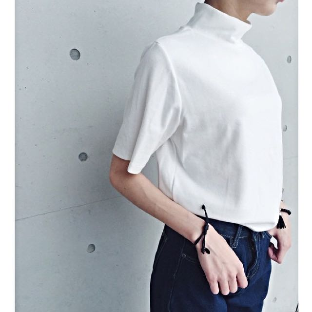 白色高領上衣