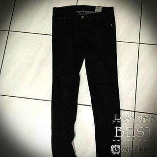 黑色鉚釘窄管褲