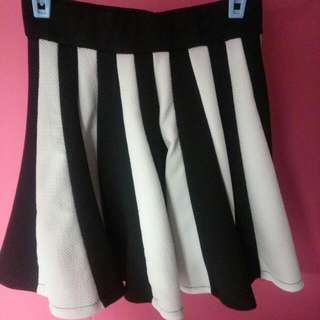 Black n White Pleated Skirt