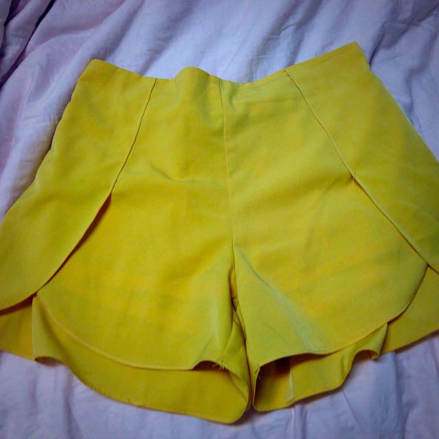亮黃色高腰短褲