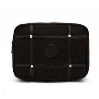 現貨💕YSL 聖羅蘭 專櫃贈品 黑色新款十字鉚釘個性經典LOGO超大容量 手拿包 化妝包 收納包 盥洗包