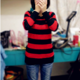 黑紅配色鉤織毛衣