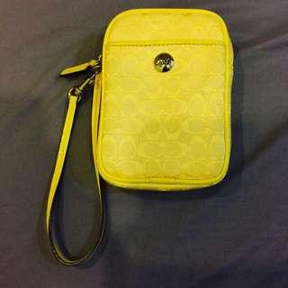 (二手出售) COACH C Logo 黃色手機/相機萬用手挽包