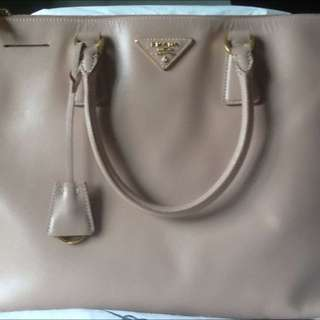 Pre-loved Large double zipped Prada Saffiano Lux Tote in Cammeo