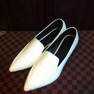 全新-白色漆皮尖頭樂福鞋