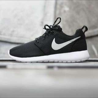 Nike Roshe Run 黑底銀勾