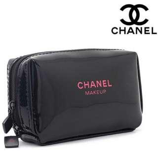 現貨💕香奈兒Chanel 黑色漆皮粉字亮面奢華長方(小) 拉鍊 專櫃限定贈品 化妝包 手機包 手拿包 盥洗包 小款