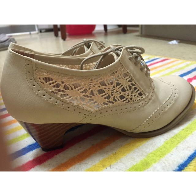 米色蕾絲低根鞋