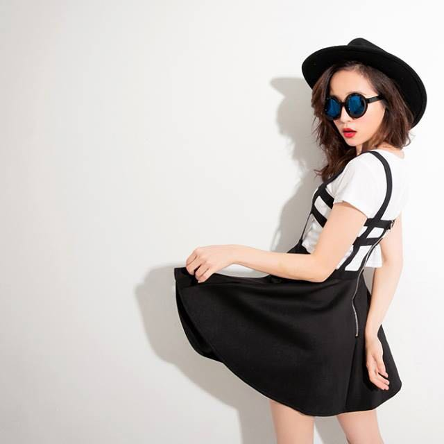 歐美鬆緊繃帶感後拉鍊短圓裙吊帶洋裝(黑)