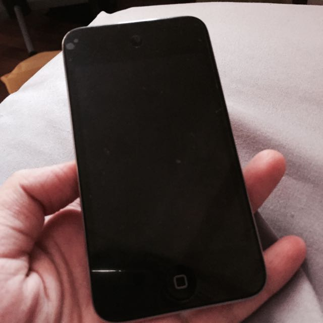 iPod Touch 4 Gen 32GB With Box