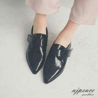 時尚尖頭亮皮鞋