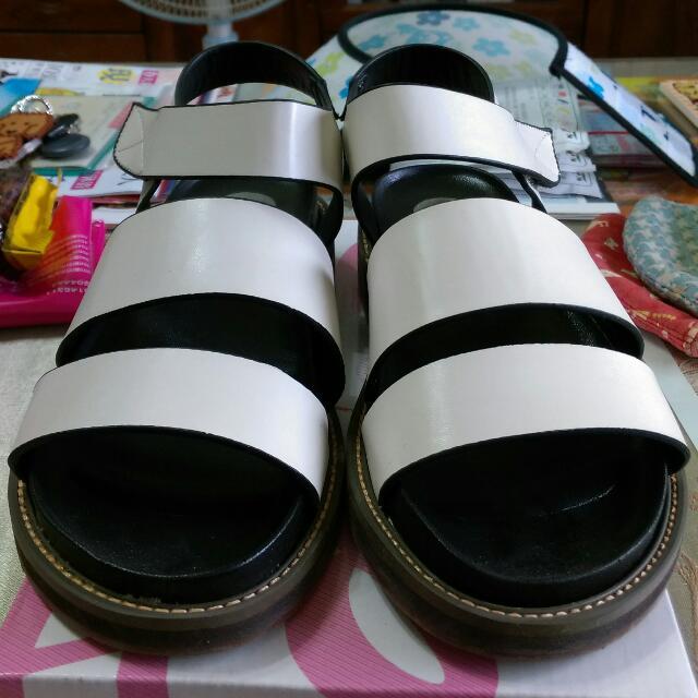 白色個性粗帶涼鞋37號
